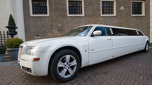 Chrysler 300C wit superstretched limo Eck en wiel