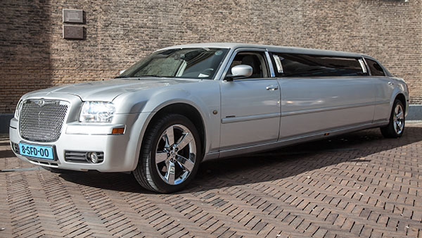 Chrysler 300c grijs ultrastretched limo Eck en wiel