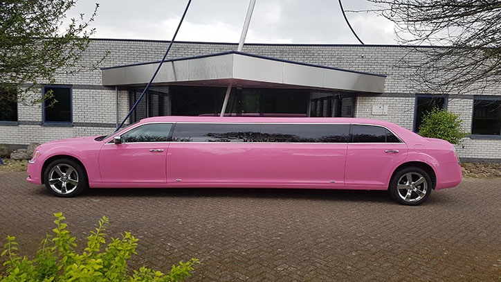 Chrysler 300C roze ultrastretched limo Eck en wiel